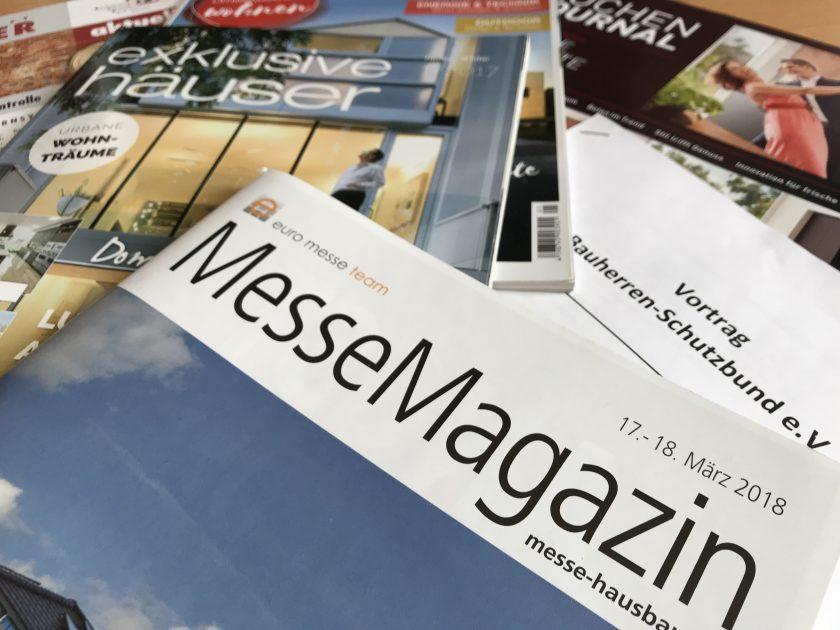 Eine Sammlung von Zeitschriften und Flyern von der Messe Hausbau