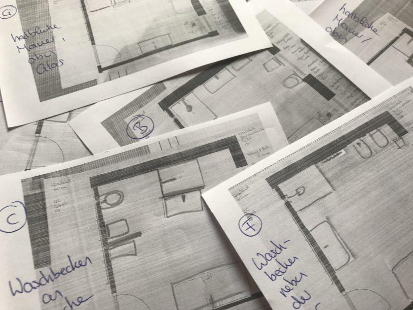Zettel mit Skizzen des Badezimmers