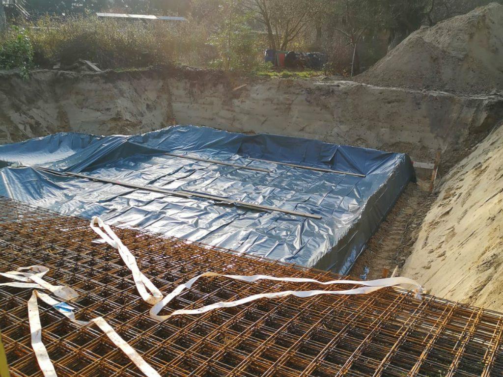 Fundamentplatte wird mit Folie abgedeckt