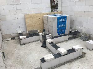 Erste Steinreihe für die Wände des Gästebades im Rohbau