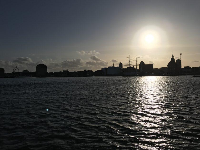 Blick auf den Hafen von Stralsund, gegen die Abendsonne