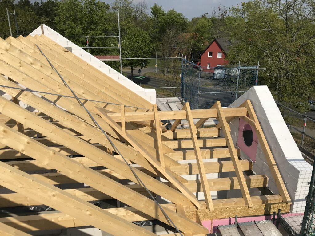 Blick auf den Dachstuhl und zwei Giebel