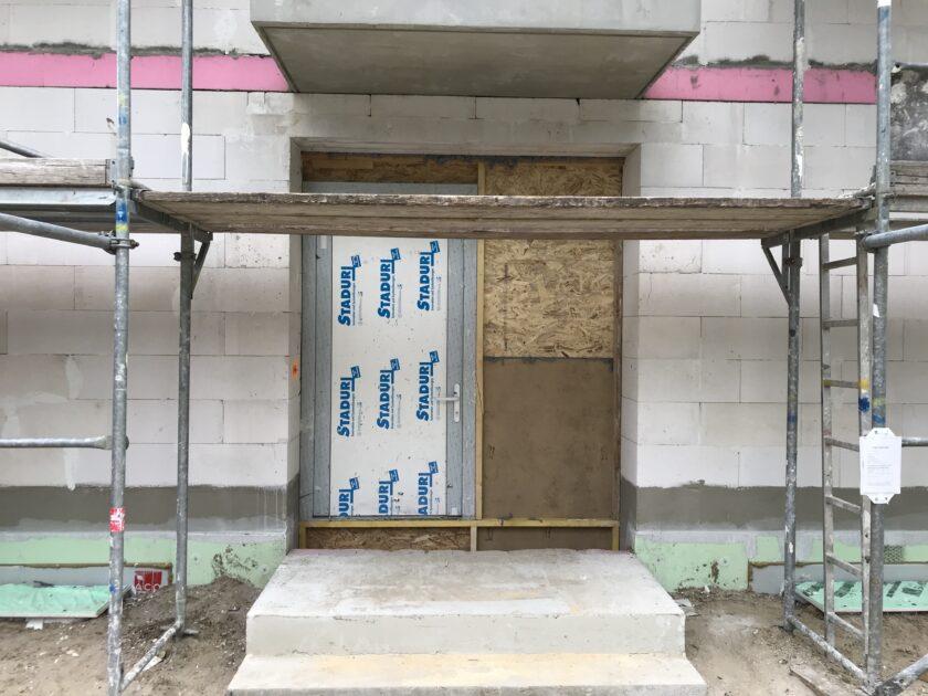Bautuer und Bretter versperren den Eingang