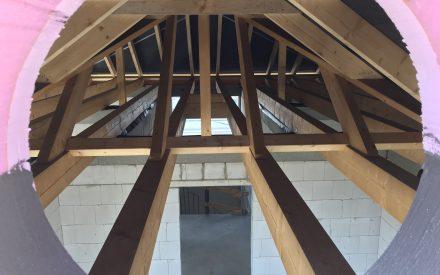 Blick durchs Giebelfenster in den Dachstuhl