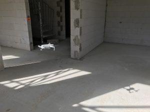 Drohne fliegt Richtung Hausflur
