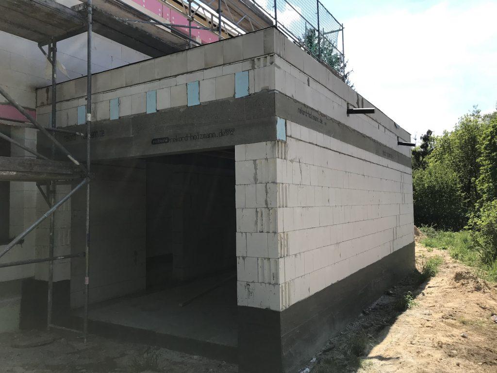 Garage im Rohbau von außen