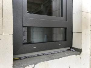 Kräuterfenster im Bad mit Folierung DB 703 - Eisenglimmer grau