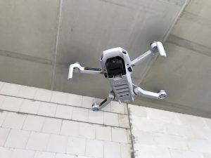 Mavic Mini fliegt im Wohnzimmer, Ansicht von unten