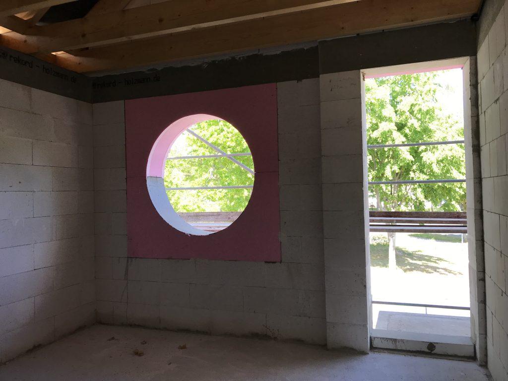 Blick in Raum mit rundem Fenster