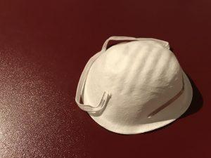 Einfache Staubmaske auf Küchenarbeitplatte
