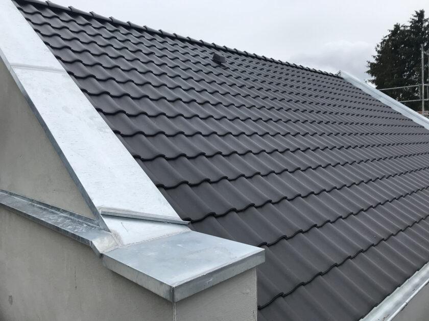 Unterputz an der Fassade und Dachfläche mit Rubin 11V in anthrazit