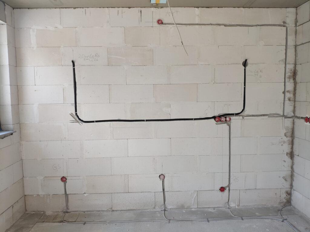Geschlitzte Wände mit Steckdosen und Leerrohren